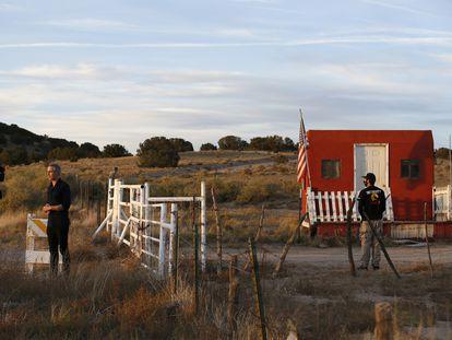 Entrada al rancho de Santa Fe donde se desarrolla el rodaje de la película 'Rust'.