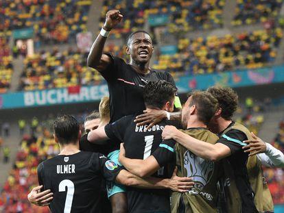 Alaba, líder de Austria, festeja el segundo gol de su equipo ante Macedonia del Norte.