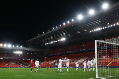Los jugadores del Madrid celebran en Anfield su pase a semifinales de la Champions.