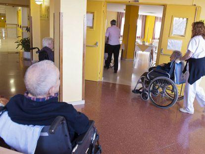 Varios ancianos en sillas de ruedas, en una residencia en Burgos.