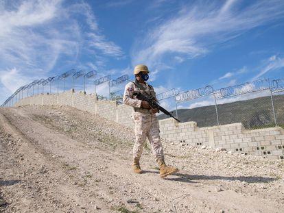 Soldados del Cuerpo Especializado en Seguridad Fronteriza Terrestre (Cesfront), vigilan la verja fronteriza con Haití, en República Dominicana, el 10 de mayo.