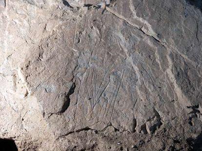 Losa con grabados que recubría la tumba de la Dama Roja.