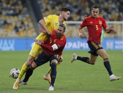 Sergio Ramos corta el ataque de Yaremchuk ante la mirada de Reguilón. efe