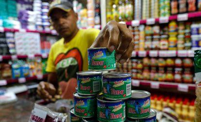 Latas de atún en un mercado de Venezuela.