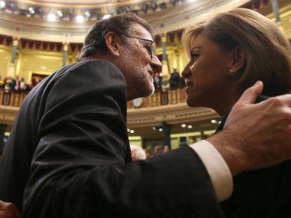 Mariano Rajoy saluda a la diputada María Dolores Cospedal en el Congreso.
