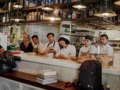 Empleados del restaurante MILO´S en la Ciudad de México previo al recibir noticias del cierre indefinido por coronavirus.