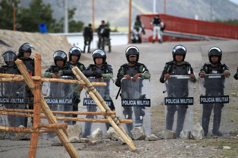 La Guardia Nacional monta guardia este viernes, en la presa Las Pilas en Ciudad Camargo, en el estado de Chihuahua, para reforzar la zona después del enfrentamiento con agricultores en la presa La Boquilla.
