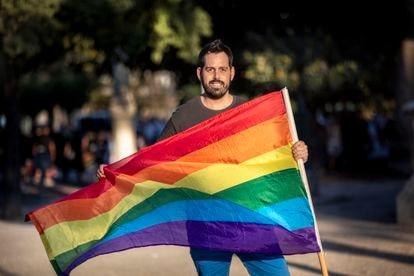 Rubén Moreno, el lunes, con una bandera arcoíris en Valencia.