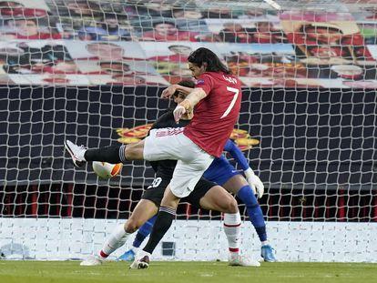 Cavani remata para hacer el primer gol del United ante el Granada.