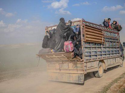 Un camión transporta este viernes a personas que huyen de Baguz.