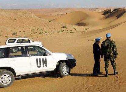 Dos miembros de la Misión de la ONU para el Sáhara Occidental, durante una  patrulla en la zona norte del territorio de la antigua colonia española, en enero de 2006.