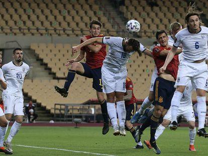 Gerard Moreno, a la derecha, cabecea entre tres defensores para marcar el 3-1 definitivo en La Cartuja.