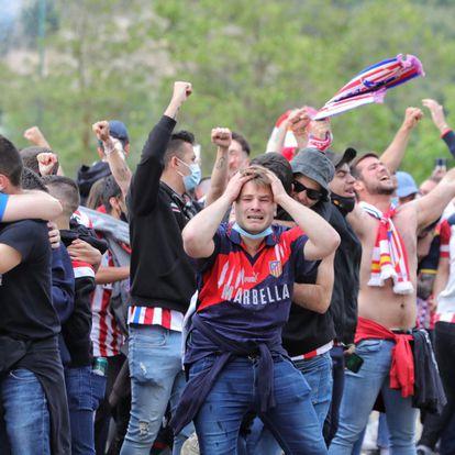 Seguidores del Atlético en Valladolid celebran el gol de Luis Suárez que supone la conquista del campeonato.