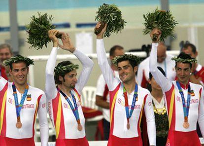 Carlos Castaño, Sergi Escobar, Asier Maeztu y Carles Torrent, con sus coronas y sus ramos.