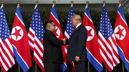 El líder de Corea del Norte, Kim Jong-un, y el presidente de EE UU, Donald Trump, en Singapur, el pasado 12 de junio.