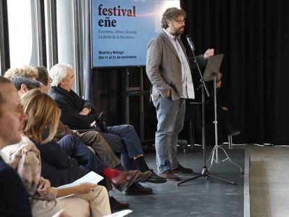Sergio del Molino (de pie) en la presentación del Festival Eñe.