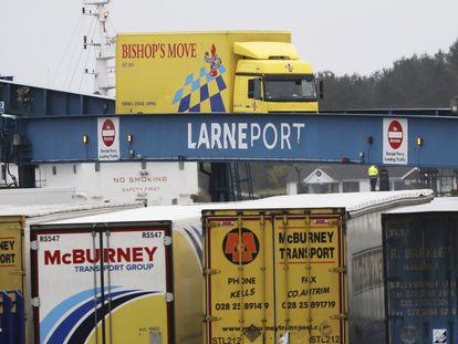 Camiones desembarcan de un ferry en el puerto de Larne, en Irlanda del Norte, el pasado 2 de febrero.