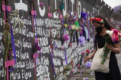 Una joven, en la cerca instalada frente al Palacio Nacional por el Día Internacional de la Mujer el 7 de marzo.