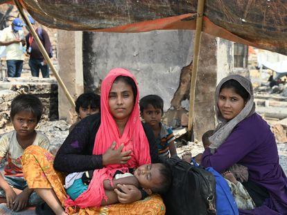 Una de las familias rohinyá afectada por el incendio de los campos de refugiados en Cox's Bazar, Bangladés.