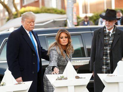 Donald y Melania Trump, junto al rabino Jeffrey Myers, en el exterior de la sinagoga atacada
