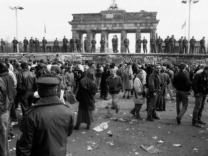 Soldados subidos al muro a la altura de la puerta de Brandeburgo.