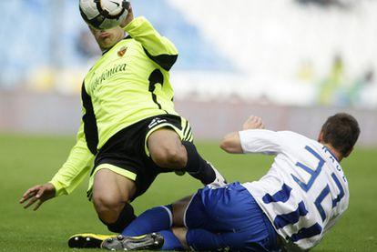 Ponzio y Raúl luchan por el balón