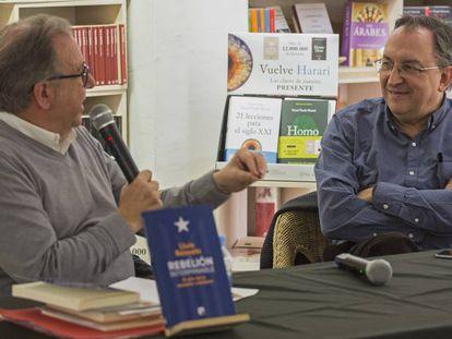 Josep Cuní (izq.) y Lluís Bassets en la presentación del libro.