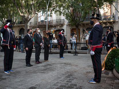 Quim Torra, en el centro, con Pere Aragonès y Meritxell Budó, durante la ofrenda floral.