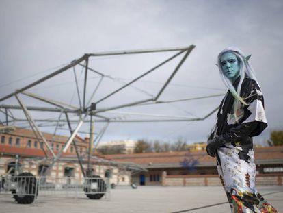 El artista Pablo Durango, en su caracterización llamada Onyx, junto a una de las estructuras del proyecto Escaravox, en la plaza central de Matadero.