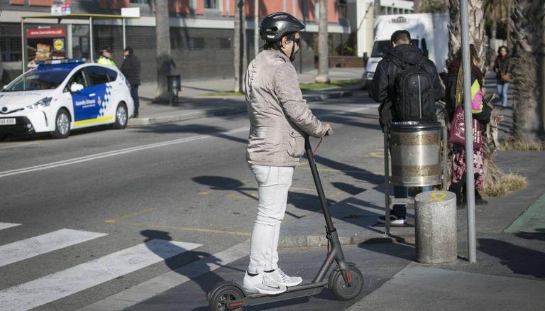 Un usuario de patinete eléctrico circula en Barcelona.