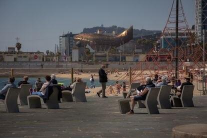 Varias personas en la playa del Bogatell de Barcelona, este jueves.