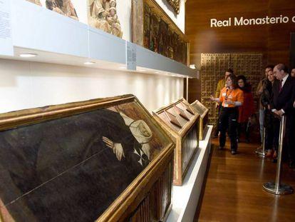 El presidente del Gobierno de Aragón, Javier Lambán durante la visita guiada a los bienes que llegaron del museo de Lleida.