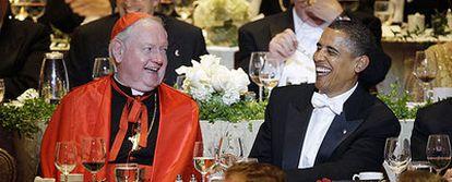 El cardenal Edward Egan y el entonces candidato a presidente Barack Obama ríen durante una cena el pasado octubre en Nueva York.