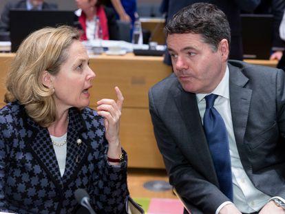 La vicepresidenta Nadia Calviño, junto al jefe del Eurogrupo, Paschal Donohoe, en un Eurogrupo en Bruselas.