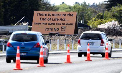 Un cartel pide el voto en contra de la eutanasia el día antes del referéndum, en Christchurch, Nueva Zelanda.