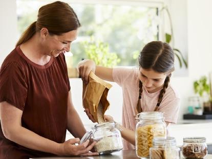 Guardar los alimentos en el envase adecuado es clave para su correcta conservación. GETTY IMAGES