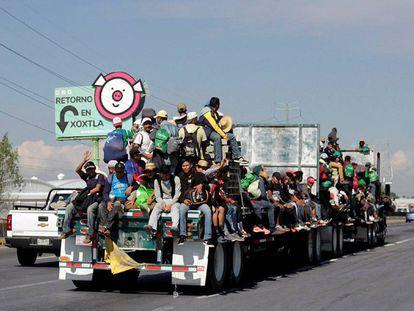 Integrantes de la caravana, a su paso por el Estado de Puebla.