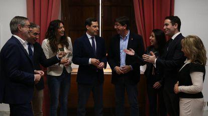 Miembros del PP y Ciudadanos cierran el acuerdo alcanzado en el Parlamento andaluz.