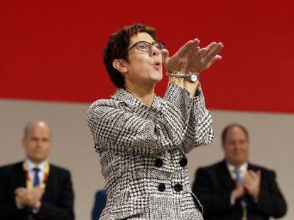 La canciller, a quien va a reemplazar, la eligió secretaria general de la CDU en febrero