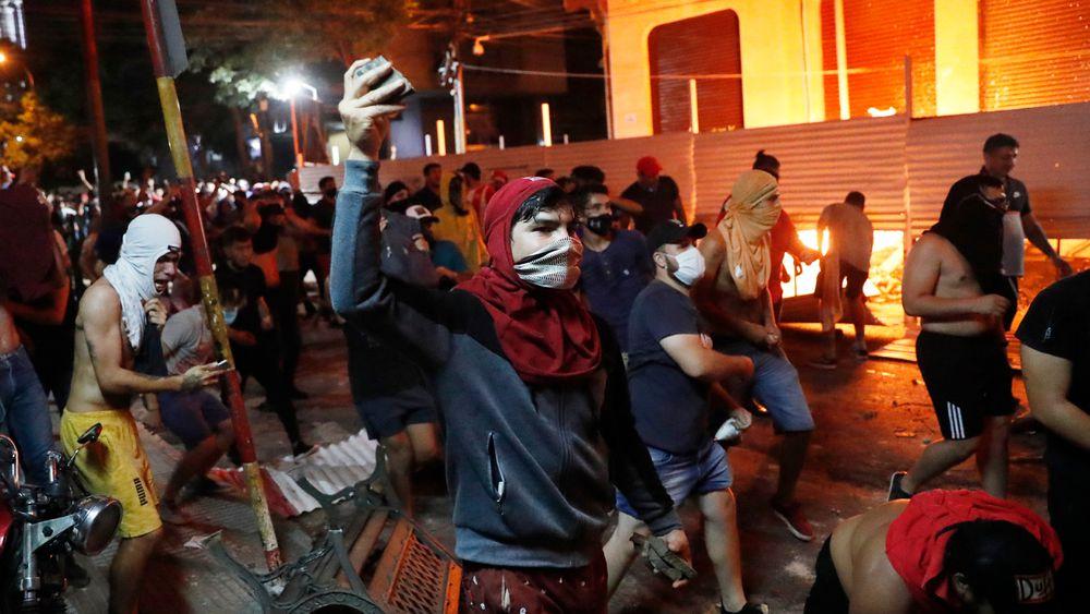Una protesta contra la gestión de la pandemia termina en violentos incidentes en Paraguay