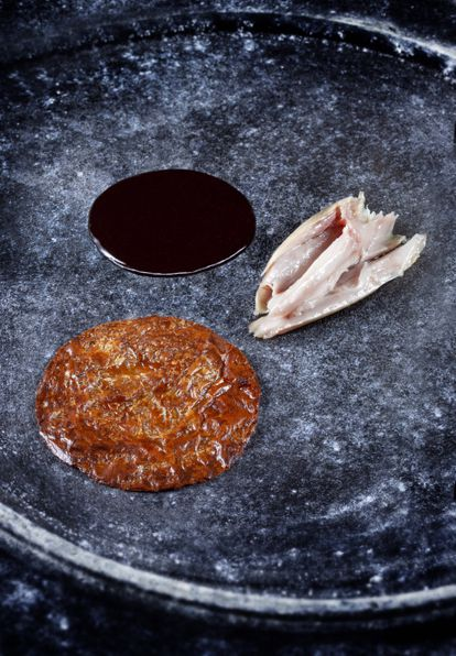 El plato de Guerrero para Canal Historia que simboliza la comunión: una receta de cordero con una ostia de comunión en forma de piel crujiente elaborada con yuba de soja, cogollo y mantequilla de kombu.
