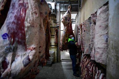 Un trabajador de una carnicería en el barrio de Liniers, Buenos Aires, este martes.
