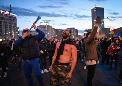 Protesta de este lunes en Bucarest contra las restricciones impuestas por la pandemia.