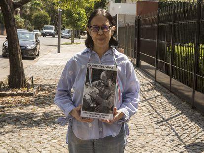 Claudia Allegrini muestra una foto de su marido Lorenzo Viñas luego de la entrevista con EL PAÍS en Buenos Aires, el 23 de marzo pasado.