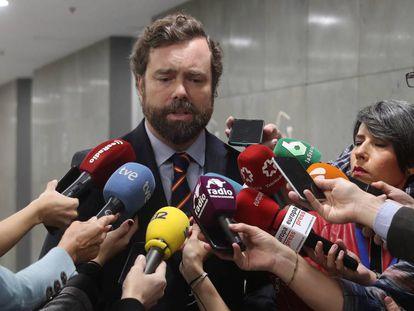 Iván Espinosa de los Monteros responde a preguntas de la prensa, este viernes en el Congreso.