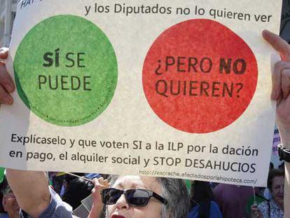 Concentración de la PAH ante el Congreso de los Diputados. Foto: Juan Carlos Hidalgo (EFE)
