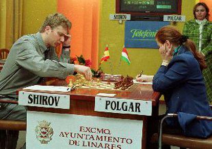 Alexéi Shirov y Judit Polgar, durante su partida de ayer en el torneo de Linares.