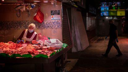Una pescadería de una galería comercial de Barcelona.