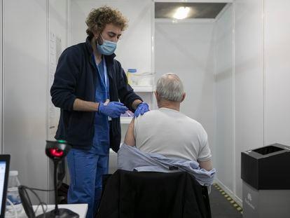 Vacunación masiva contra el coronavirus con la vacuna AstraZeneca en el recinto de la Fira de Barcelona.