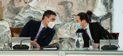 El presidente del Gobierno, Pedro Sánchez, y el vicepresidente segundo, Pablo Iglesias, este martes en el Consejo de Ministros.